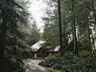 Riverfront escape on 5 acres w/ hot tub & deck, near skiing/hiking!