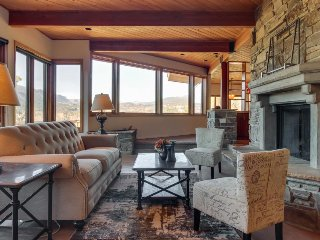 Luxury home w/ mountain/valley views, private hot tub - great for skiing/hiking!