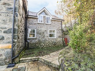 RIVERSIDE COTTAGE, open plan, en-suite, Snowdonia, Ref 970089