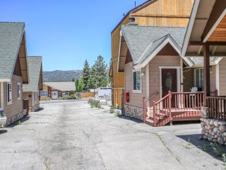 ~Lakeview Forest Lodge~Downtown Village Group Property~Walk To Lake & Activities