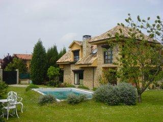 Casa en Gijon con jardin y piscina en el barrio de la Guia con todos  servicios.