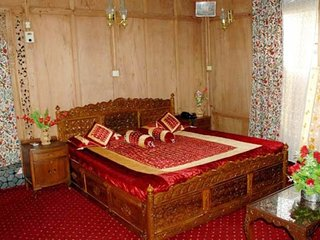 Pleasant retreat in a well-furnished houseboat, for close friend's