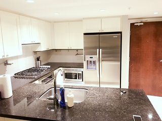 Richmond Luxury 2 Bedroom Condo wWith Parking