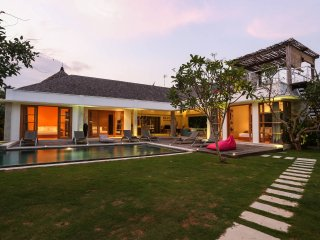 4BR Hidden Private Villa with Jakuzzi