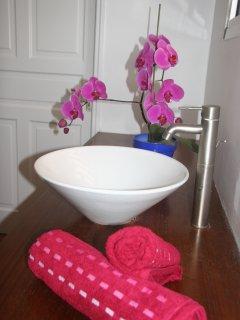 La salle de bains principale, très spacieuse avec 2 lavabos. des WC sont attenants