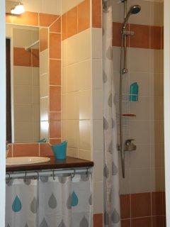 Salle de bains privative de la chambre Bleu du Sud : WC, douche et 1 lavabo
