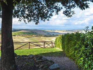 Traditional stone-built 2 bed villa in Tuscan with shared swimming pool,