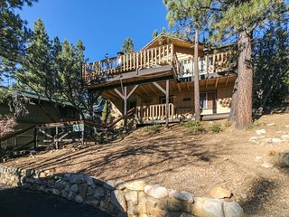 Bright mountainview cabin with deck space, grill, fireplace, and more