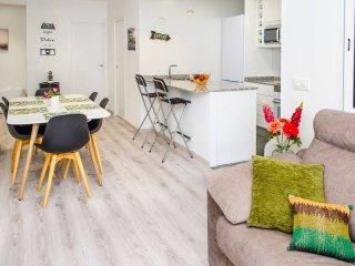 Vista del salón-comedor y cocina en un ambiente moderno y acogedor.