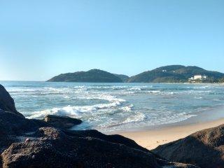 Casa com ,Seis suítes,, jardins e piscina há 300 metros da praia