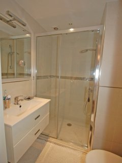 Double bedroom en suite shower room