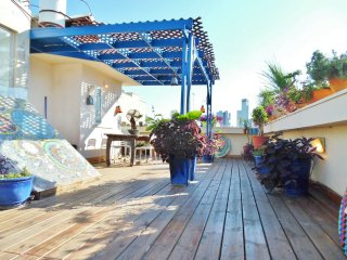 PENTHOUSE 3 ROOMS APARTMENT JUST OFF ROTHSCHILD BLVD WITH AN AMAZING ROOFTOP