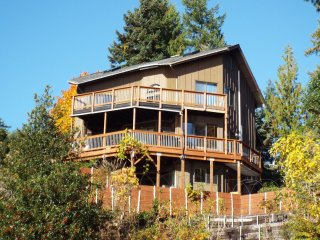 The Deckhouse, Canal views and Private Game Room, hike, fish, kayak, Sleeps 12