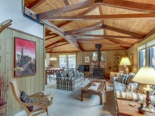 Bright and airy cabin w/ SHARC passes, shared pool, tennis, & more!
