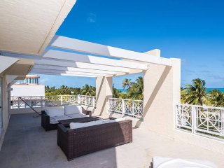 SoBe 3 Bedroom Condo for 14 DIRECTLY on Ocean Dr.!