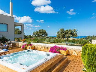 Villa Victoria - Total privacy, Pool & Hot Tub, Located Next to Rethymno City!