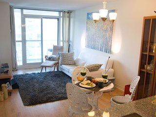Downtown CONDO- CN TOWER- UNION STATION-Sleeps 4- Free parking-kitchen