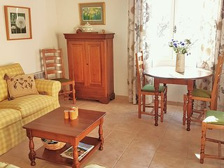 Cosy, bright living and dining in Graces Gate
