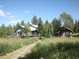 Black Moose Road - House and log cabin 7 miles from the town of West Yellowstone