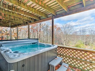 'La Vasa' 5BR Lake Harmony Home w/Hot Tub & Views!