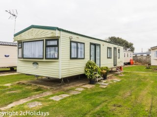 6 Berth Caravan in Seawick Holiday Park. Clacton-on-Sea. Ref: 27613