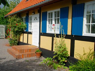 Balkalund: Wonderful old house and cottage garden close to Balka beach