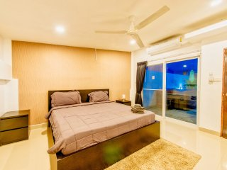 Luxus Jacuzzi Villa with alot of entertainment near beach!