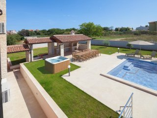 Newly renovated spacious villa with 80m2 pool, jacuzzi, billiard, large garden