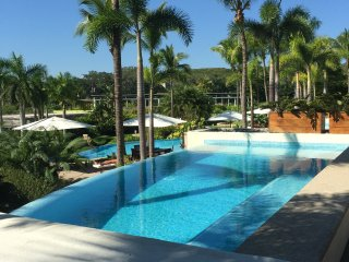 105 A- luxury condo, com and enjoy! private pool, common pools, beach front!