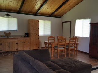 Ekahi Hale 2 bedroom/1 bath home to comfortably sleep up to 6 people!