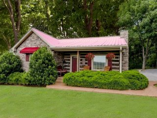 Uncle Pete's Cabin -1 Bed Adult Property, WiFi, W/D, Jacuzzi, No Cleaning Fee !