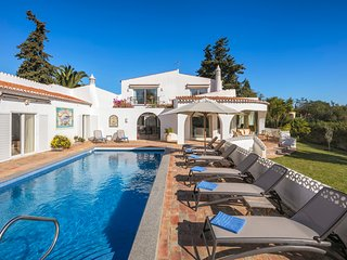 Casa Leao - Lovely 4 bedroom villa with stunning sea views, jacuzzi and pool!
