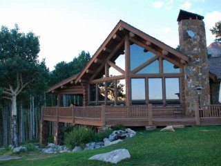 3.8 acres, Kids Room w/ Rock Climbing Wall, Amazing Views, 2 King Beds, Perfect