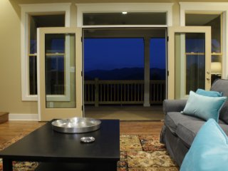 Majestic Long-Range Mountain Views & only 14 Minutes to Downtown Asheville