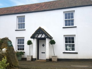 PARTRIDGE COTTAGE, semi-detached, on working farm, shared private beach, in Berr