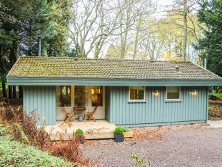 6 PINE LODGE, open plan living, woodburning stove, Coldingham 3.5 miles, Ref 957