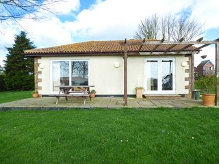 ROSE, all ground floor, open plan, patio with picnic bench, Sidmouth, Ref 950209