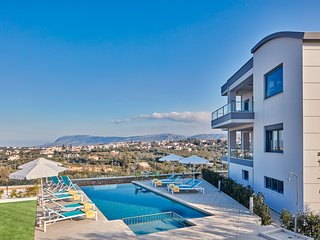 Elysium Villa - Luxury Villa Next to Beach & the City with Sea and Mountain View