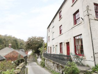 CLATTERWAY COTTAGE, three floors, hot tub, summer house, in Cromford, Ref