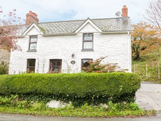 ALMA HOUSE, WiFi, large garden, woodburning stove