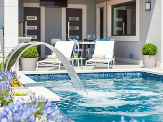 Okrug Gornji Villa Sleeps 10 with Pool and Air Con - 5432299