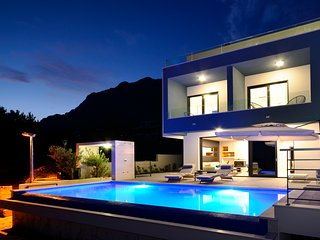Villa Nina Makarska with heated infinity pool of 33 m2 and stunning sea views
