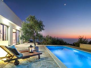 Luxury Villa Chic with pool, sea & mountain view, gym, garden & kids playground