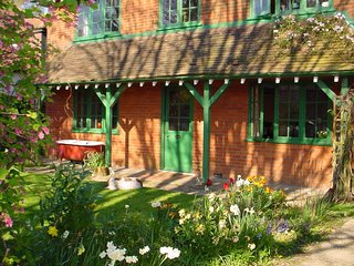 'Arts and Crafts' character New Forest Cottage sleeping up to 16 to 20 people