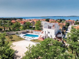 Amazing home in Medulin w/ WiFi and 7 Bedrooms