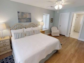 Wonderfully Remodeled Bluffs Villa only a 3 minute walk to Salty Dog, Pool, Mari