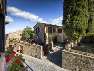 Montalcino Villa Sleeps 6 with Pool Air Con and WiFi - 5242154