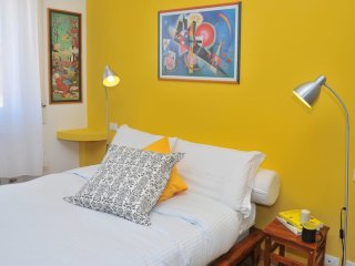 Bright and colorful flat very close to the Metro