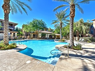Snowbirds Welcome - Phoenix Condo, Pool, Golf!