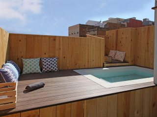 Yelow House with pool in Hospitalet. Barcelona